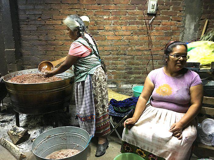 Mujeres ofreciendo comida a los visitantes del altar en su casa en Santa Fe de la Laguna