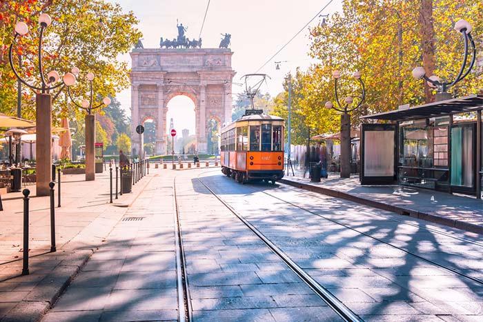 calles y tranvía en Italia