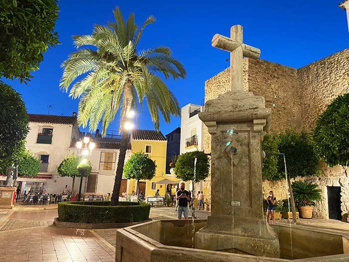 Plazuela en Marbella con restos de la muralla