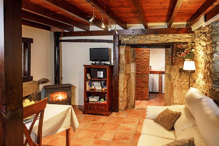 Casa Rural Molino Bonaco, salón con chimenea