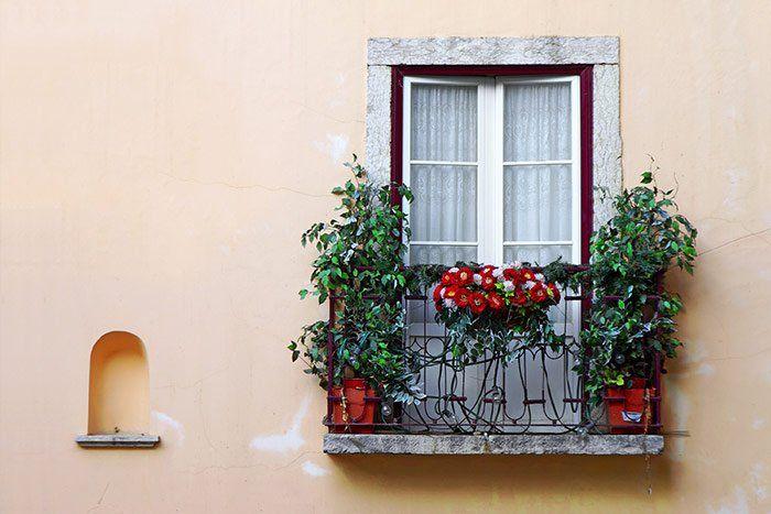 Ventana pintoresca en el Barrio de la Alfama