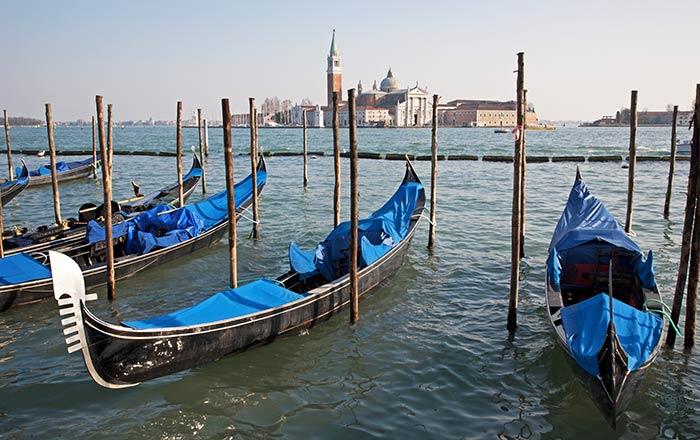 Góndolas en el Gran Canal de Venecia, Italia