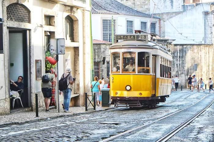 Histórico tranvía 28 en Lisboa, Portugal