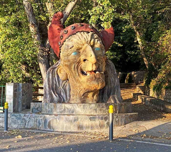 Cabeza de la bruja Baba Yaga en la entrada a Soportújar