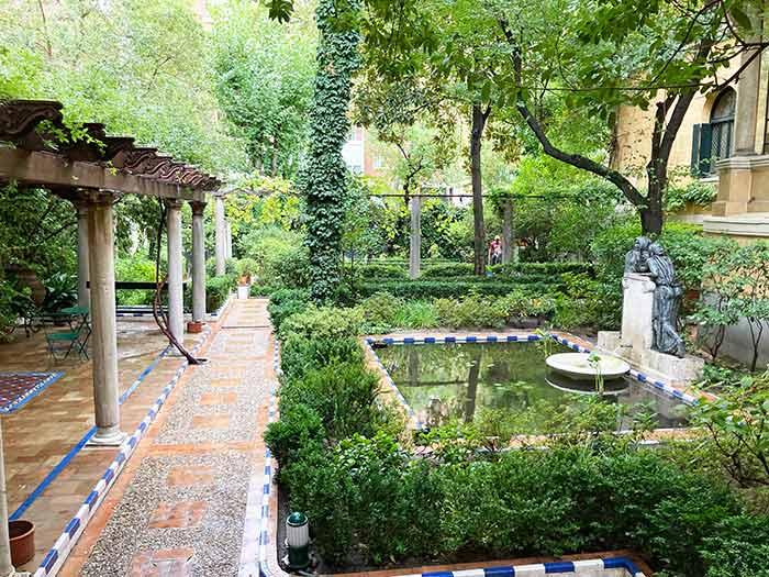 Jardín en la entrada al palacete del artista valenciano