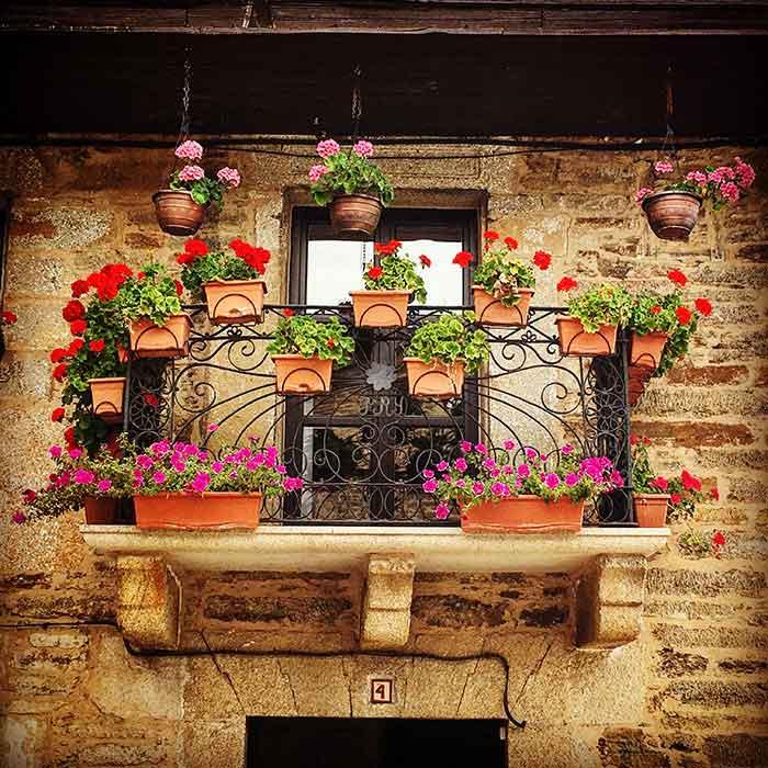 Balcón decorado en la plaza mayor de Puebla de Sanabria