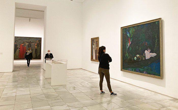 """Mujer mirando el cuadro """"Retrato de Sonia Klamery"""", Anglada Camarasa en el Museo Reina Sofía"""