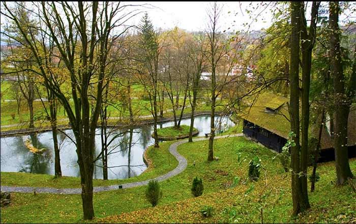 La zona verde que rodea al castillo de Bran, Transilvania, Rumanía
