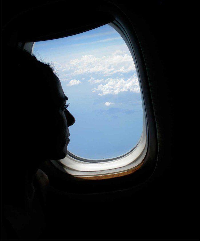 mirando por la ventanilla de un avión