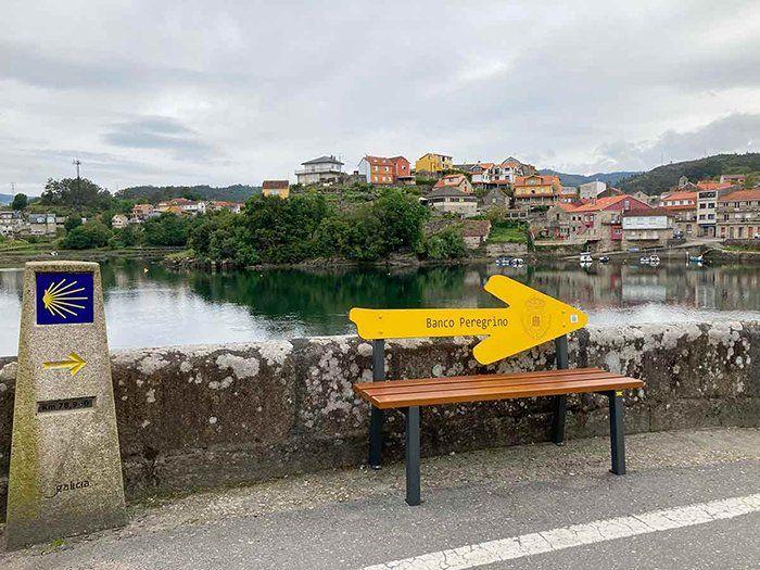 Banco y mojón en el Camino Portugués a Santiago