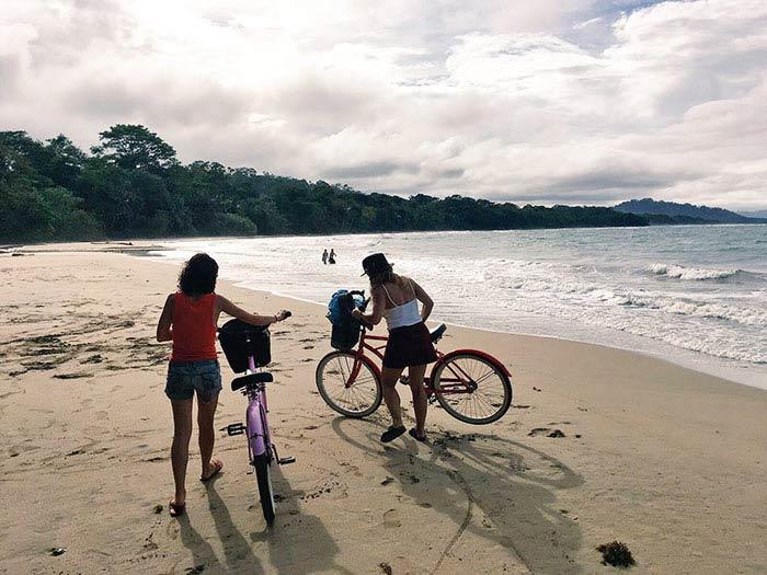 En la playa de Tamarindo en bicicleta