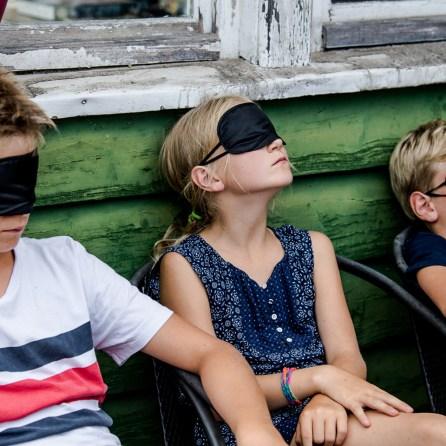 Kinder mit Augenmaske.