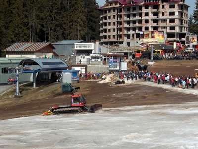 picture showing queues at middle base where there was no snow