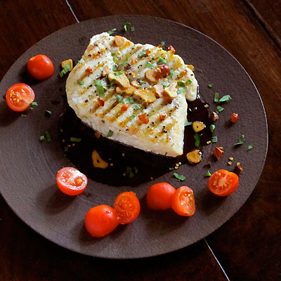 grilled fish with fried garlic and tomatoes