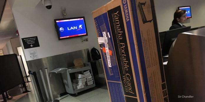 Despachar una caja grande en el aeropuerto y el pago en la aduana
