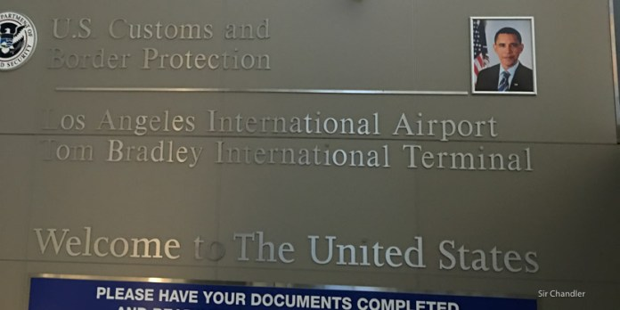 Usando el control automático de pasaportes en Los ángeles