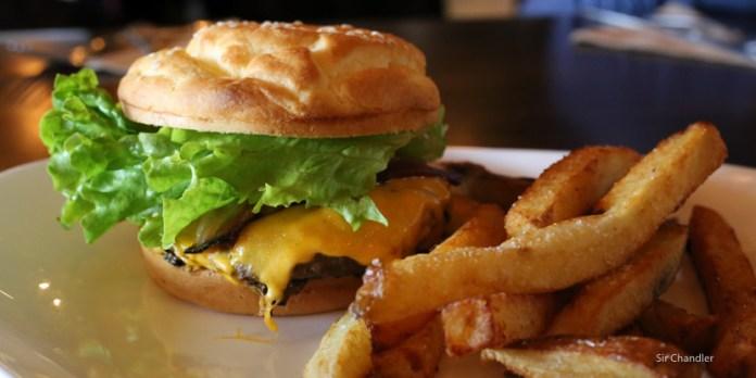Comiendo una hamburguesa sin gluten  ¿Y para cuando la cerveza?