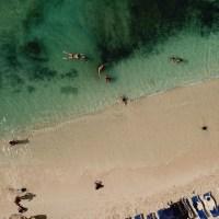 Bajando a una playa de islas Caimán con el crucero
