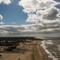 Volando el dron con viento en la playa