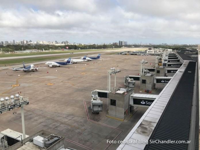 Comenzaron a sacar en Aeroparque a los aviones «abandonados» para despejar la plataforma