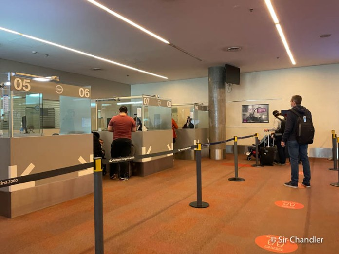 El chequeo de los requisitos del país de destino que se hace en el aeropuerto de origen