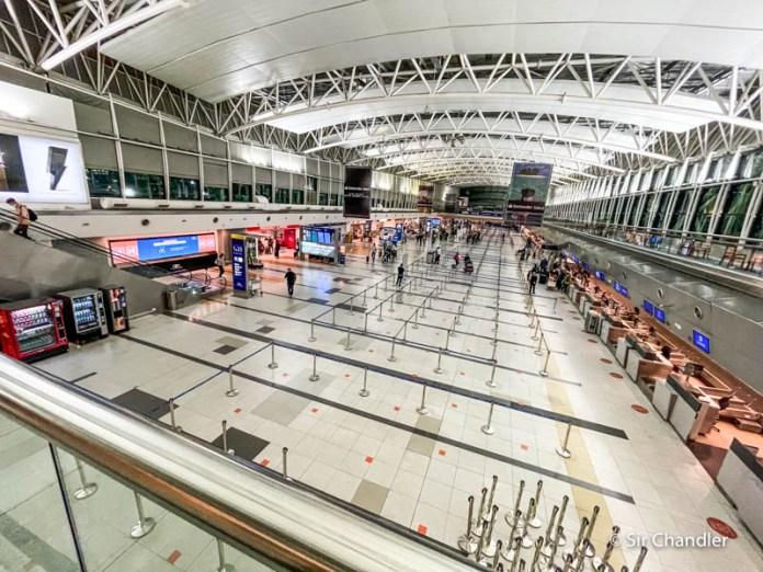 Desde hoy hay vuelos cancelados por el tope de ingreso de pasajeros
