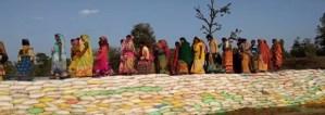 इस गांव की महिलाओं पर नहीं चला नक्सलियों का जोर, बना दिया नदी पर पुल