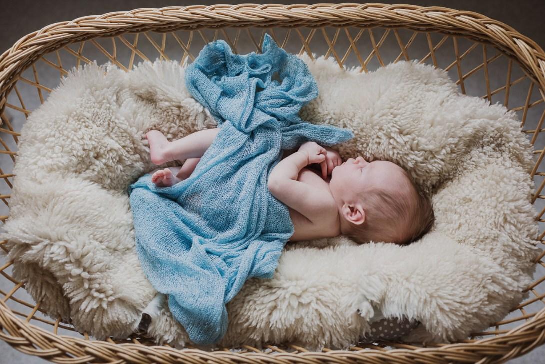 vauva nukkuu rottinkisängyssä