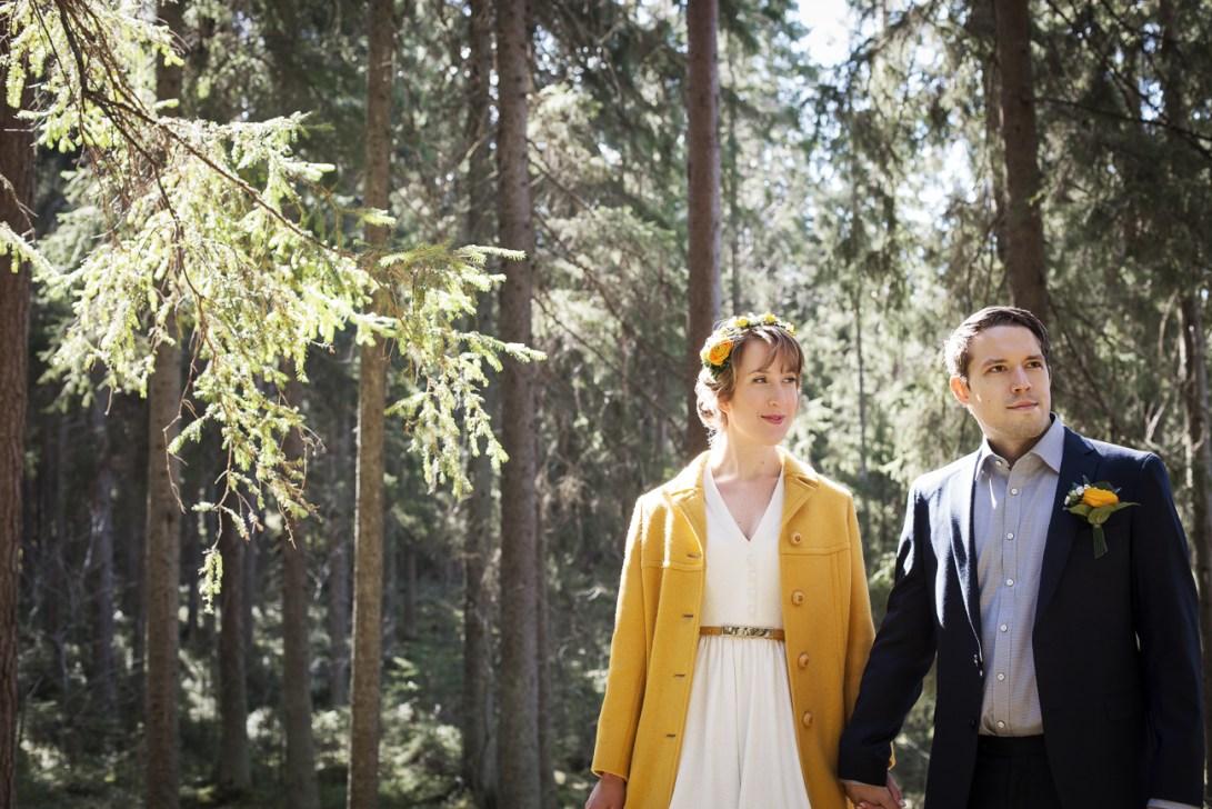 Rakastunut hääpari metsässä.