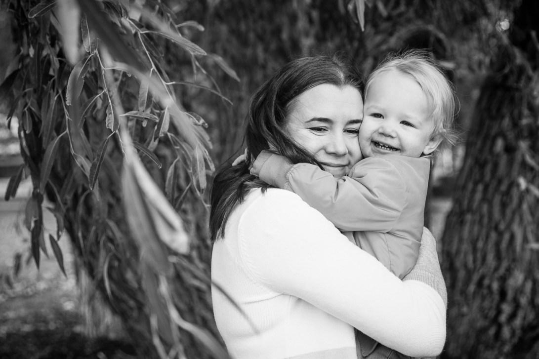 Äiti ja lapsi halaamassa