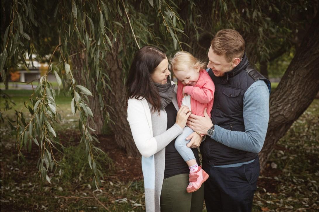Pieni perhe yhdessä puistossa