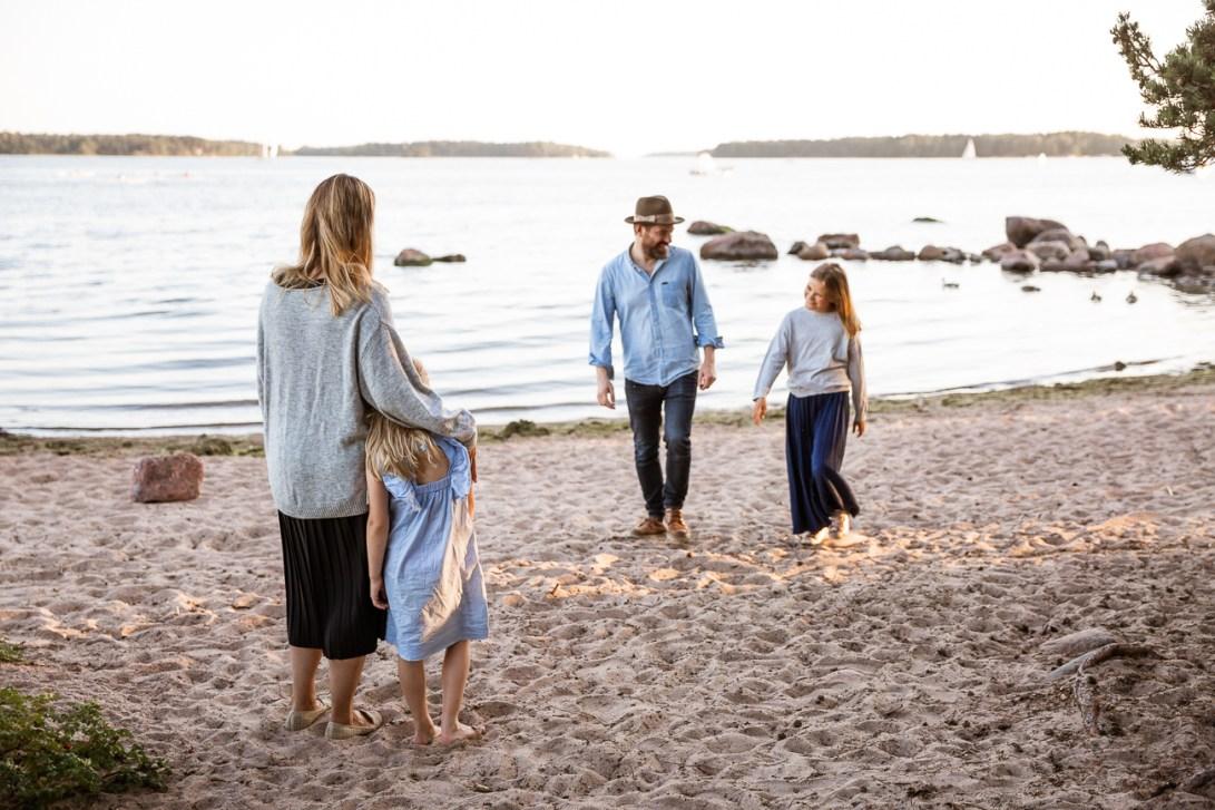 Perhekuvaus meren rannalla
