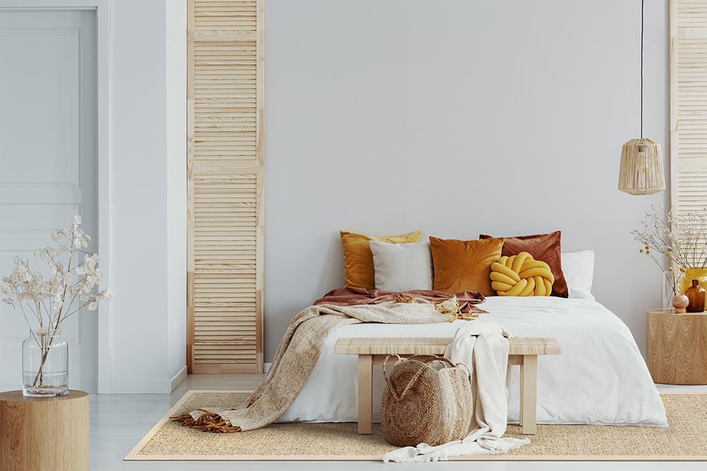 A jute rug adds warmth and softness to any room; here Samoa in color amber.