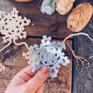 Winter-In-Bloom-Wallhanging-Bunting-Crochet-Winter-Christmas-Snowflake-Tutorial-Therese-Eghult-SistersInStitch-Crochetedbytess