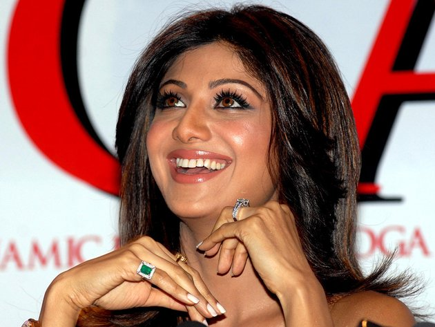 Shilpa Shetty Wearing Yellow Sapphire Amp Emerald Gemstone
