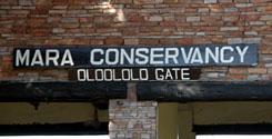 ムパタ・サファリ・クラブからクルマで40分程、マサイ・マラのオロロロ・ゲートに到着する。