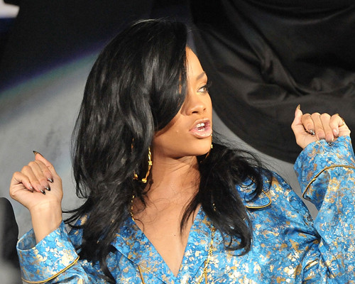 Rihanna com unhas sombreadas