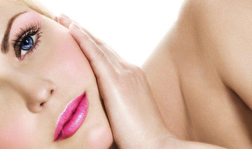 Foto ilustrativa de uma mulher com acne