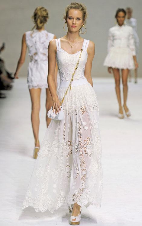 modelo da dolce gabbana desfilando a moda do branco total