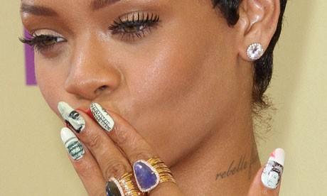unhas decoradas para pele negra Rihanna
