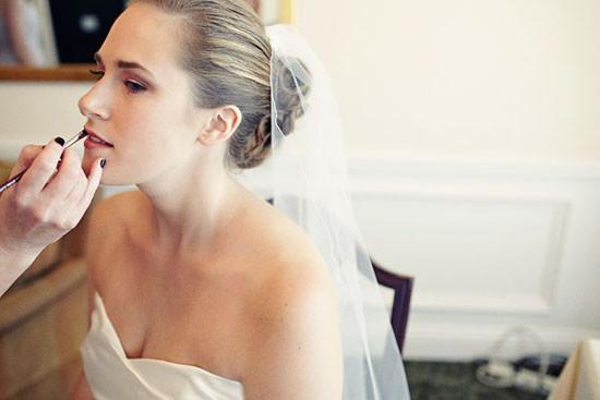 foto da noiva se maquiando
