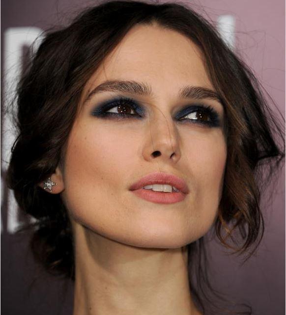 foto de mulher usando olho esfumado azul