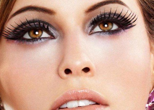 olhos com cílios postiços