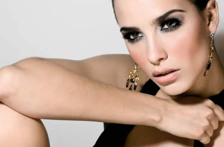 celebridade usando olho preto esfumado