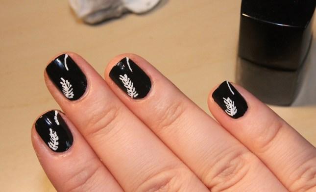 decoração de unhas com esmalte preto e branco