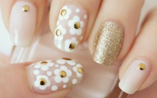 modelo de nail art com flores