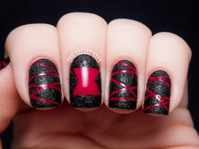 unha decorada com esmalte preto e vermelho