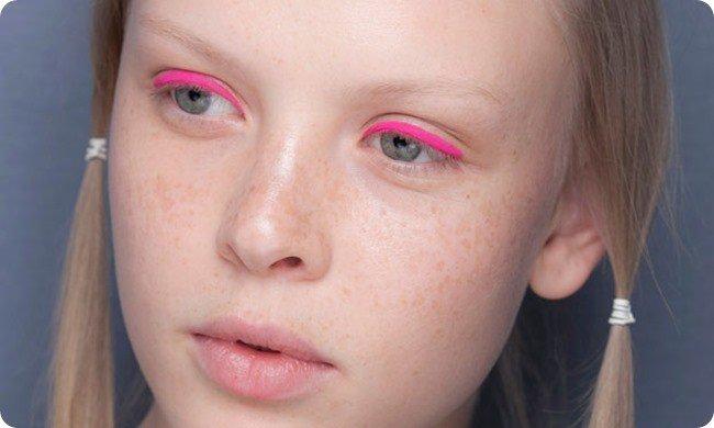 foto de menina usando delineador cor-de-rosa