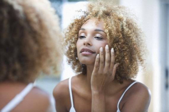 rotina diária de cuidados com a pele do rosto