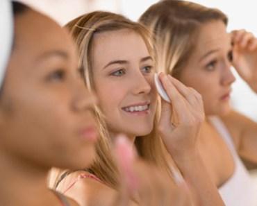 mulheres-limpando-rosto-demaquilante